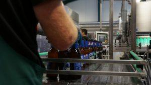 Verpacken der Flaschen 30167 Pilsener in der Brauerei in Altenau/Harz