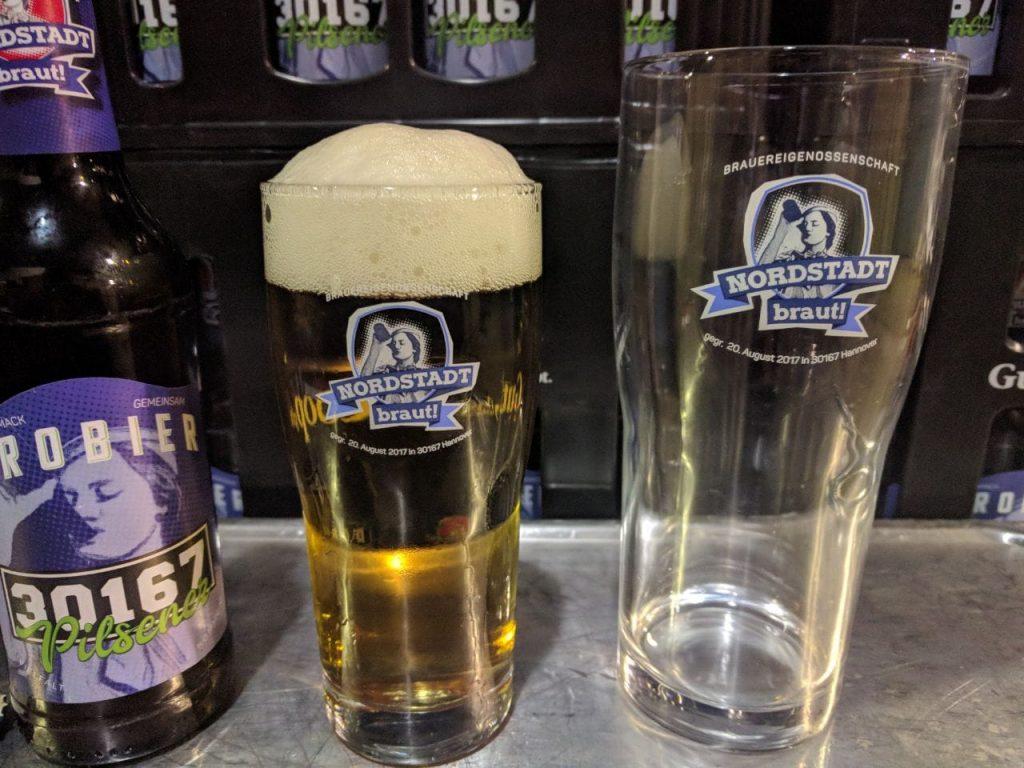 Die Gläser mit farbigem Logo der Nordstadt braut! gibt es in zwei verschiedenen Größen