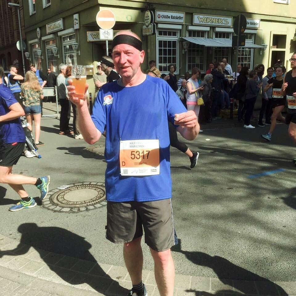 Genosse Wilhelm Bamming beim Zwischenstopp auf Kilometer 17 der Halbmarathonstrecke