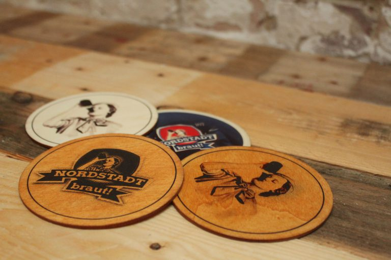 Nutze unsere Holz-Bierdeckel für Deine Flaschen oder Gläser und lass die Thekenkultur wieder einziehen.